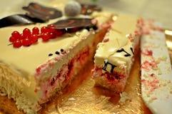Sluit omhoog van een zoete pastei van de fruit romig witte cake stock fotografie