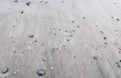 Sluit omhoog van een zwart zandstrand stock fotografie