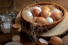 Sluit omhoog van eieren in mand met smaakstof royalty-vrije stock afbeelding