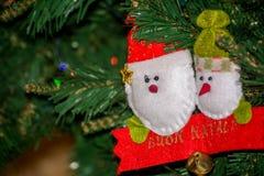 Sluit omhoog van Eigengemaakt Rood en Wit Elf van Doekdecoratie  Royalty-vrije Stock Foto's