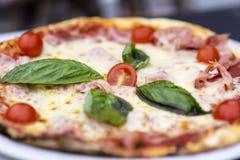 Sluit omhoog van eigengemaakte pizza Stock Foto's