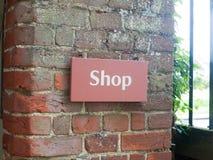 Sluit omhoog van Engels erfenisteken buiten winkel royalty-vrije stock afbeelding