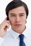 Sluit omhoog van ernstige kleinhandelaar op zijn cellphone Royalty-vrije Stock Fotografie
