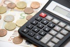 Sluit omhoog van euro munt muntstukken, bankbiljetten en calculator Royalty-vrije Stock Foto's