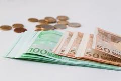 Sluit omhoog van euro munt Muntstukken en bankbiljetten Royalty-vrije Stock Fotografie