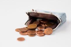 Sluit omhoog van euro muntstukken en portefeuille op lijst Stock Afbeeldingen