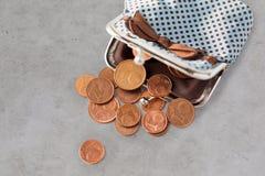 Sluit omhoog van euro muntstukken en portefeuille op lijst Royalty-vrije Stock Fotografie