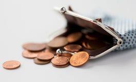 Sluit omhoog van euro muntstukken en portefeuille op lijst Stock Foto's