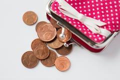 Sluit omhoog van euro muntstukken en portefeuille vanaf bovenkant Stock Afbeelding