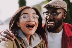 Sluit omhoog van extatisch glimlachend internationaal paar stock foto's
