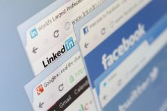 Sluit omhoog van facebook en ander schot van het pagina'sscherm Stock Fotografie