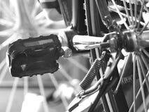 Sluit omhoog van fietspedaal (zwart & wit) Royalty-vrije Stock Foto's