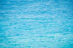 Sluit omhoog van fonkelend blauw water met golfoppervlakte in zwembad Royalty-vrije Stock Fotografie