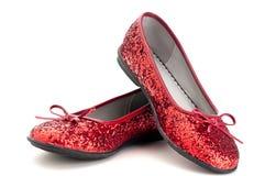 Sluit omhoog van fonkelende rode pantoffels stock foto's