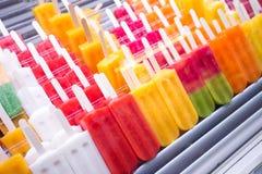 Sluit omhoog van fruitijslollys bij de marktkraam Royalty-vrije Stock Fotografie