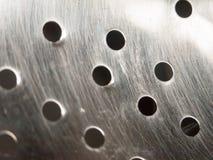 Sluit omhoog van gaten in het vergiet van de metaalzeef stock afbeeldingen
