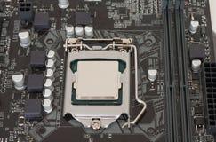 Sluit omhoog van geïnstalleerde cpu-bewerker op moderne, nieuwe motherboard stock afbeeldingen