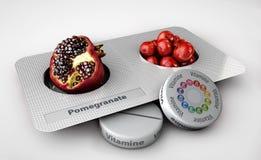 Sluit omhoog van geïsoleerde granaatappel en pillen - vitamineconcept Royalty-vrije Stock Foto