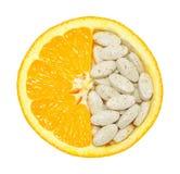 Sluit omhoog van geïsoleerde sinaasappel en pillen Royalty-vrije Stock Fotografie