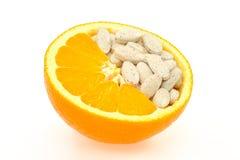 Sluit omhoog van geïsoleerdee sinaasappel en pillen Royalty-vrije Stock Fotografie