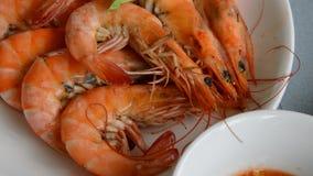 Sluit omhoog van gebakken zoute garnaal onderdompelend kruidige en zure saus die uit op lijst zoemen stock videobeelden