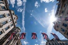Sluit omhoog van gebouwen op Regent Street London met rij van Britse vlaggen om het huwelijk van Prins Harry aan Meghan Markle te royalty-vrije stock foto's