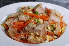 Sluit omhoog van gebraden Chinese tarocake op lijst bij keuken Stock Foto's