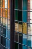 Sluit omhoog van gebrandschilderd glasvenster Stock Foto's