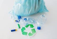 Sluit omhoog van gebruikt flessen en batterijen recycling Royalty-vrije Stock Foto's