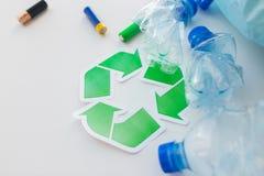 Sluit omhoog van gebruikt flessen en batterijen recycling Stock Fotografie