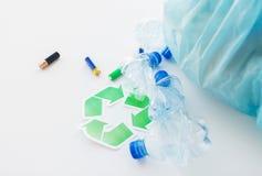Sluit omhoog van gebruikt flessen en batterijen recycling Royalty-vrije Stock Afbeelding