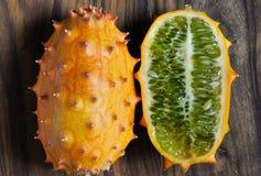 Sluit omhoog van geheel en half kiwanofruit royalty-vrije stock afbeeldingen