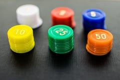 Sluit omhoog van gekleurde gestapelde casinospaanders royalty-vrije stock fotografie