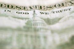 Sluit omhoog van geld in God die wij hebben vertrouwd op royalty-vrije stock fotografie