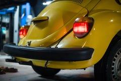 Sluit omhoog van gele klassieke auto stock afbeeldingen