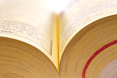Sluit omhoog van gele pagina's van een telefoonboek Stock Afbeeldingen
