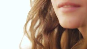 Sluit omhoog van gelukkige het glimlachen mooie jonge vrouwenlippen stock video