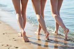 Sluit omhoog van gelukkige jonge vrouwen op strand Stock Foto