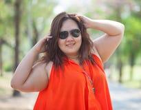 Sluit omhoog van gelukkige vettige vrouw stock foto's