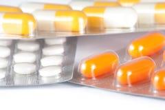 Sluit omhoog van geneeskundepillen en capsules in blaren worden ingepakt die Royalty-vrije Stock Foto