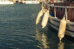 Sluit omhoog van geparkeerde boot in de haven stock afbeelding
