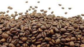 Sluit omhoog van geroosterde koffiebonen op witte achtergrond royalty-vrije stock afbeeldingen