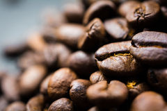 Sluit omhoog van Geroosterde Koffieboon in Stapel Stock Fotografie