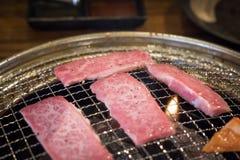 Sluit omhoog van geroosterde plakversheid marmer van Japans Kobe Matsusaka-rundvlees stock afbeeldingen