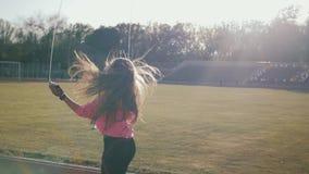 Sluit omhoog van geschiktheid-vrouw voeten springend, gebruikend touwtjespringen in stadion stock video