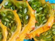 Sluit omhoog van gesneden kiwanofruit stock foto's