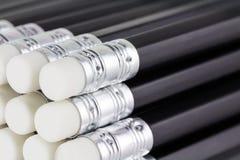Sluit omhoog van gestapelde nieuwe potloden royalty-vrije stock foto
