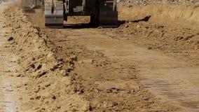 Sluit omhoog van gevolgde bulldozers op het werk stock videobeelden