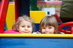 Sluit omhoog van gezichten van twee gelukkige speelse meisjes Royalty-vrije Stock Foto's