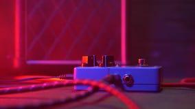Sluit omhoog van gitaarspeler of van de rotsmusicus het spelen wah wah pedaal bij de zijn show Mensen` s voet die op metaalknoop  stock footage